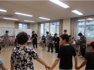 小学校トワイライトの生徒と世代間交流(盆踊りとおやつタイム)